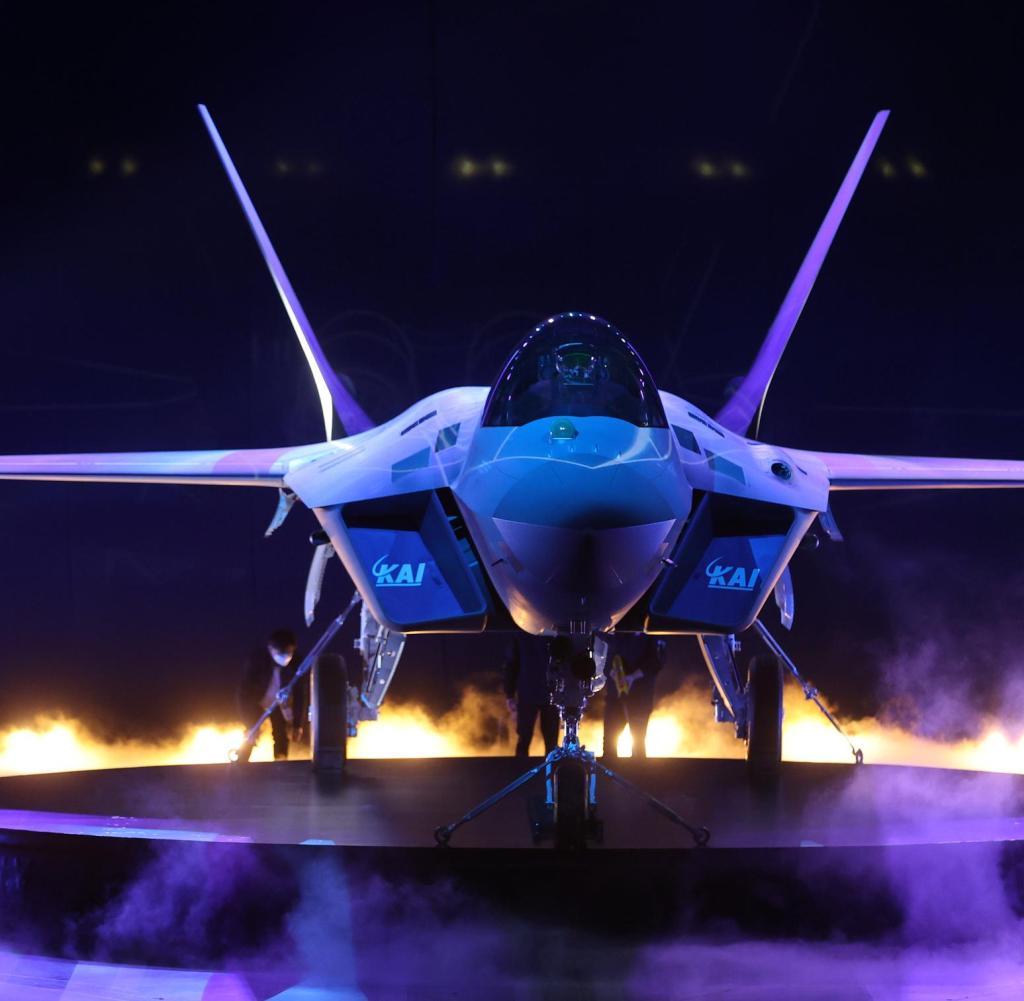 Pesawat tempur yang dikembangkan sendiri pertama Korea Selatan, KF-21, pada hari Jumat di pabrik KAI di Dingeon