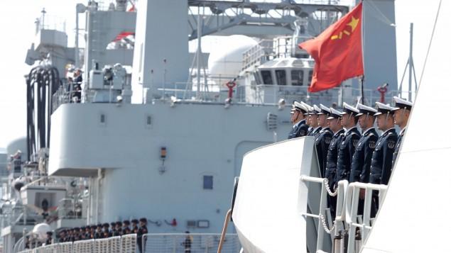 Die Crew eines chinesischen Kriegsschiffes verabschiedet sich vor dem Auslaufen aus dem Hafen in der chinesischen Stadt Zhoushan im April 2020. (picture alliance / dpa / Photoshot / Jiang Shan)