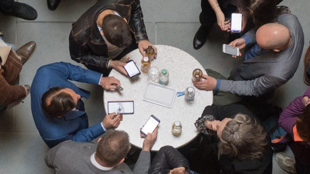 Keberlanjutan - maksimal 3 tahun: orang Swiss hanya akan menggunakan ponsel mereka selama ini - dan sekarang umur mereka akan diperpanjang.