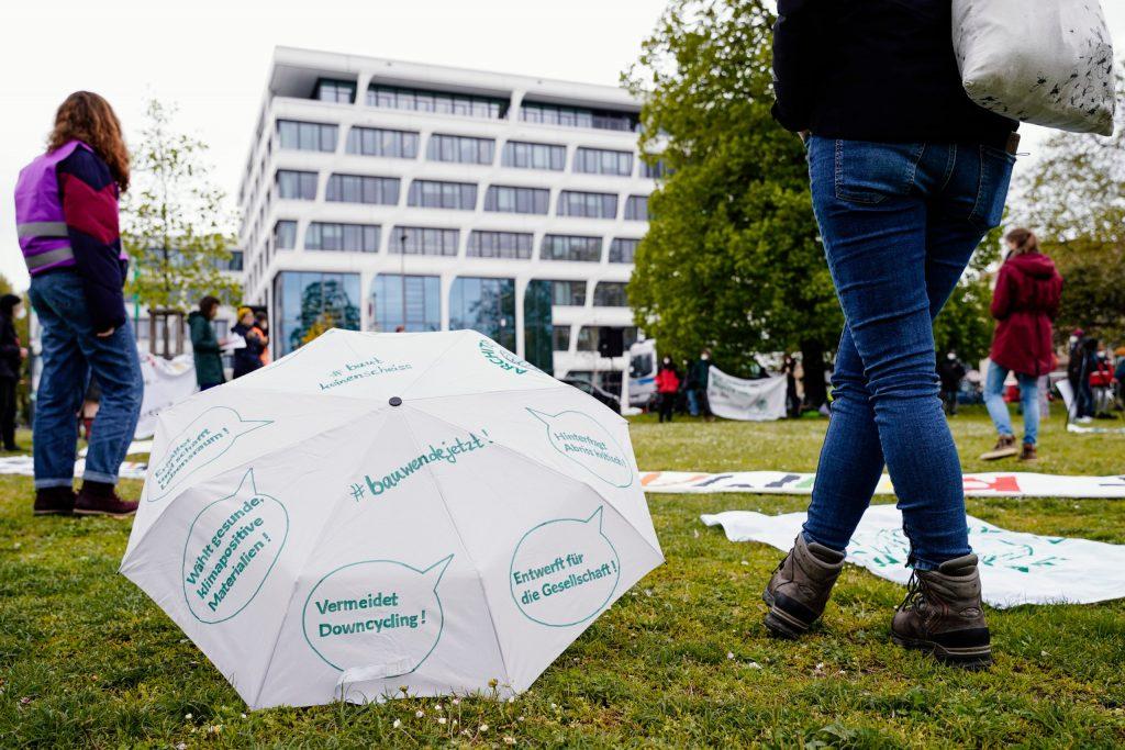 Demonstranten vor dem Hauptsitz des Baustoffkonzerns HeidelbergCement am Tag der Hauptversammlung.