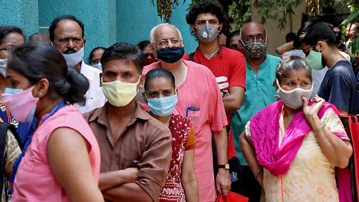 Orang-orang di India sedang antri untuk mendapatkan vaksinasi