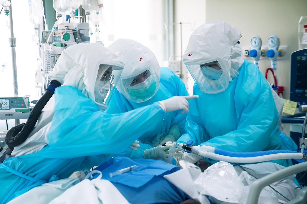 Seorang staf medis pada pasien yang terinfeksi Coronavirus di sebuah rumah sakit di Bangkok
