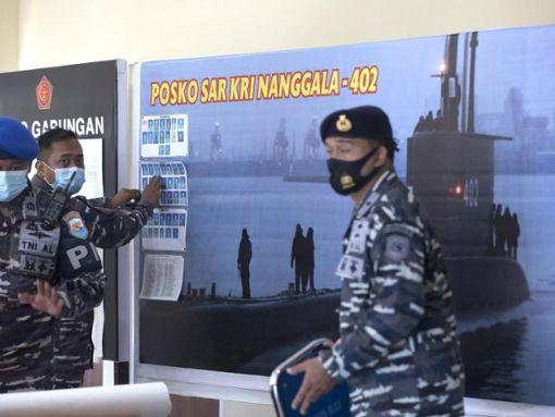 Zahlreiche militärische und zivile Schiffe beteiligen sich an der Suche nach dem verschwundenen U-Boot. Foto: Firdia Lisnawati/AP/dpa Foto: dpa