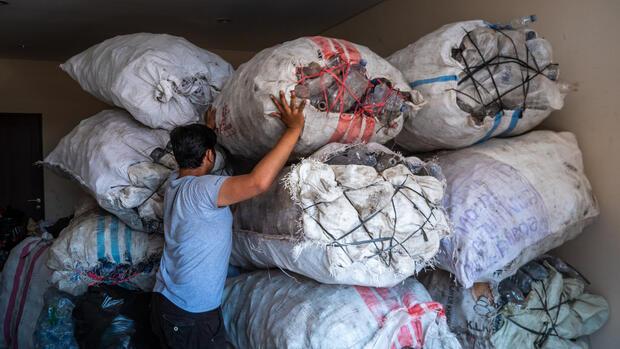Katz mengubah sampah plastik menjadi bisnis bersama Bank Plastik