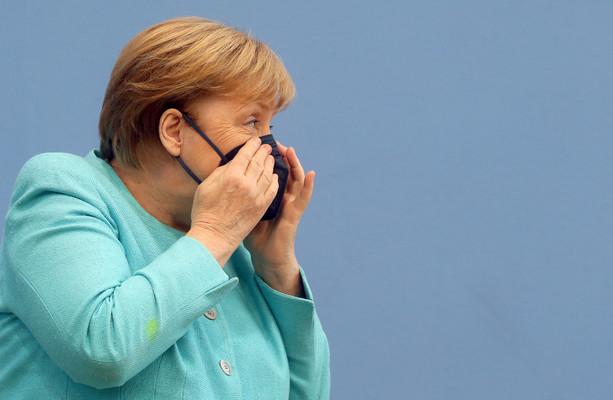 Setengah dari orang Eropa sekarang divaksinasi, karena Merkel menyerukan agar lebih banyak orang Jerman dipenjara