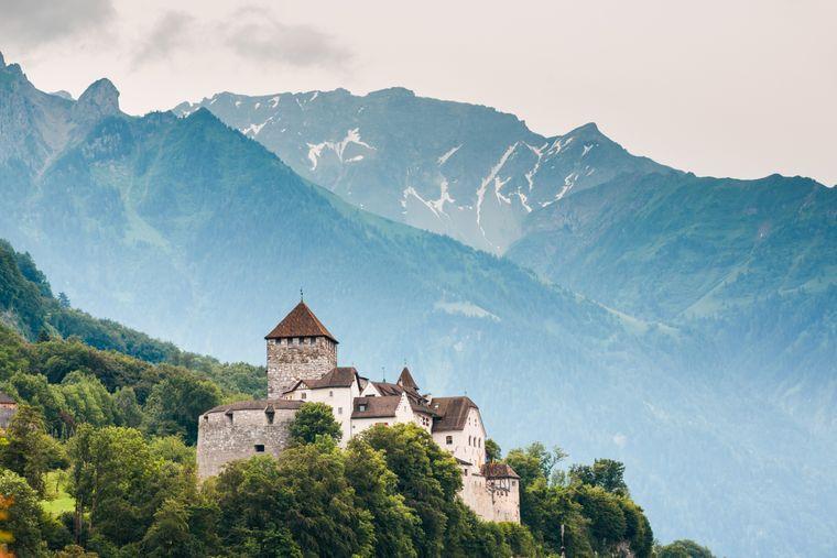 Kastil Vaduz dengan Pegunungan Alpen di latar belakang.