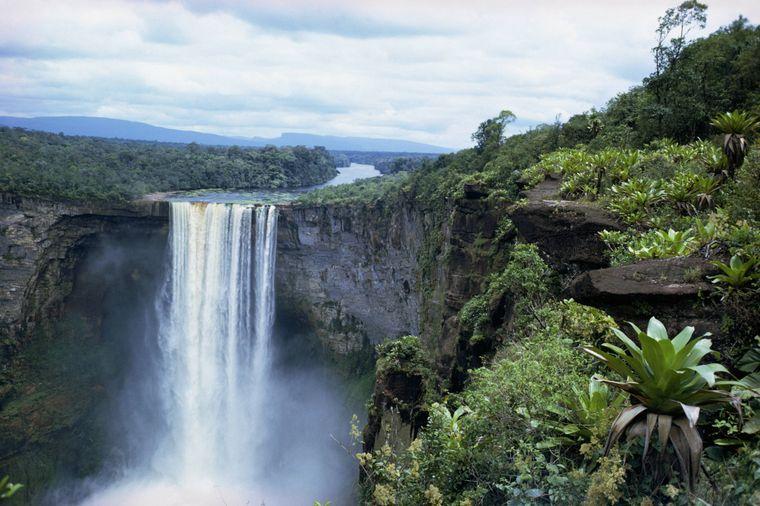 Air Terjun Kaieteuer di Guyana.