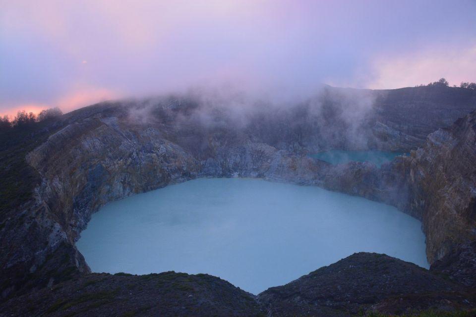 Blick von oben auf den Kratersee des Vulkans Kelimutu im gleichnamigen Nationalpark in Indonesien