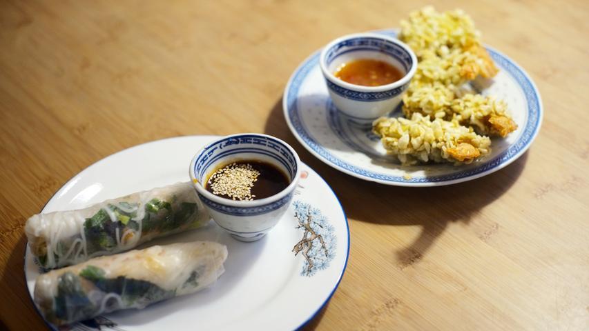 Gulungan musim panas (di sebelah kiri di foto) adalah makanan pembuka dalam masakan Vietnam.  Ini mirip dengan lumpia yang umum di sebagian besar Asia Tenggara dan disiapkan berbeda tergantung negaranya, tetapi tidak digoreng.