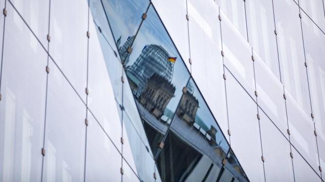 Die Kuppel des Reichtagsgebäudes als Reflexion auf der Glasfassade des 3XN Cube. (imago / Achille Abboud)