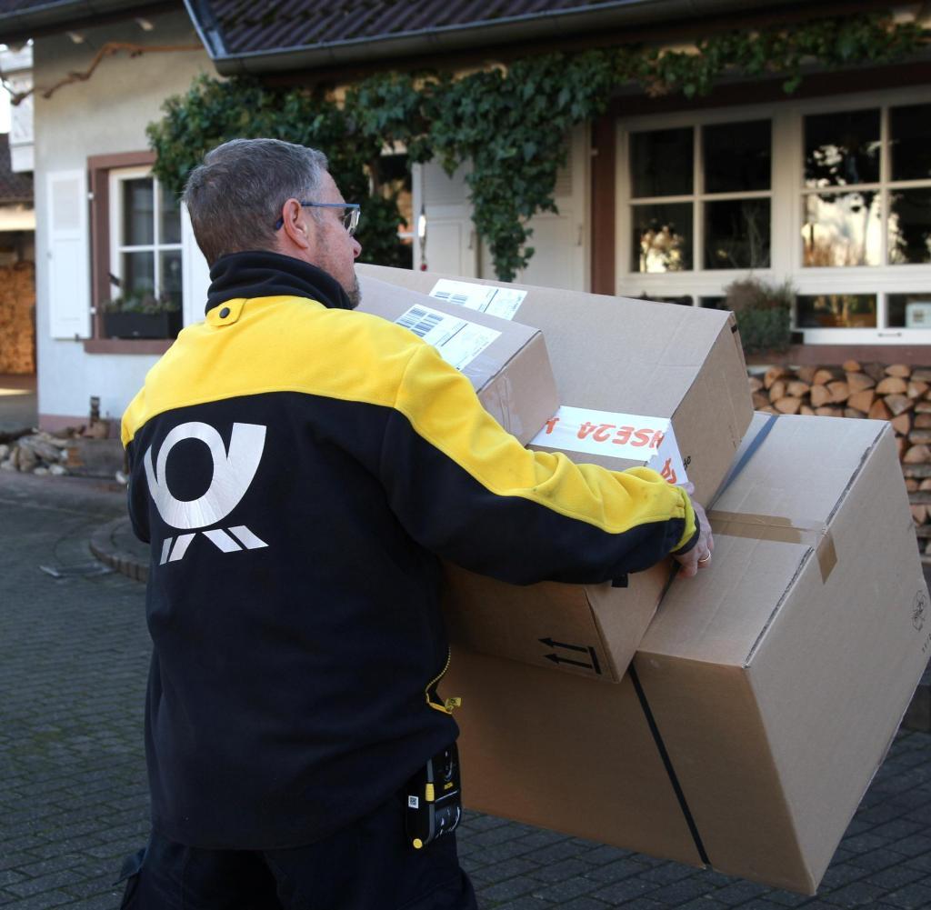 Gambar subjek - Deutsche Post, DHL, pembawa pesan, tukang pos gambar: formulir dirilis, kontrak rilis formulir tersedia, pembawa surat kantor pos dan paket pindaian, pengiriman paket, pengiriman paket dan surat, gambar ikon, gambar subjek, gambar unggulan       Persetujuan formulir tersedia